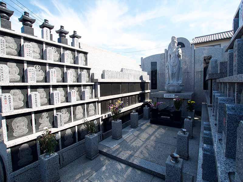 観音寺墓苑 永代供養墓 花の供えられた供養墓