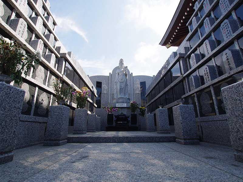 観音寺墓苑 永代供養墓 太陽の光がそそぐ屋外供養墓