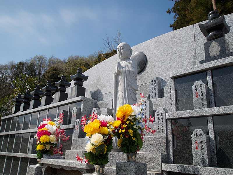 金澤寺墓苑 永代供養墓・樹木葬 鮮やかな花が供えられた永代供養墓