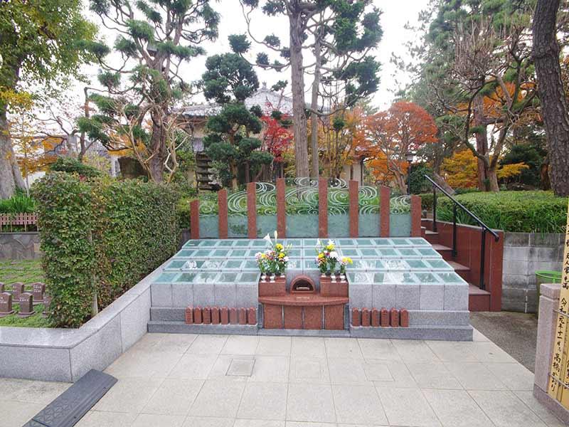 高應寺墓苑 永代供養墓・樹木葬 献花台に花を添えられた永代供養墓