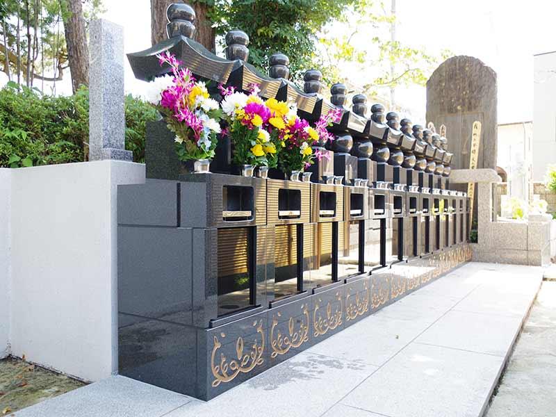 高應寺墓苑 永代供養墓・樹木葬 花が添えられ丁寧に管理された墓石