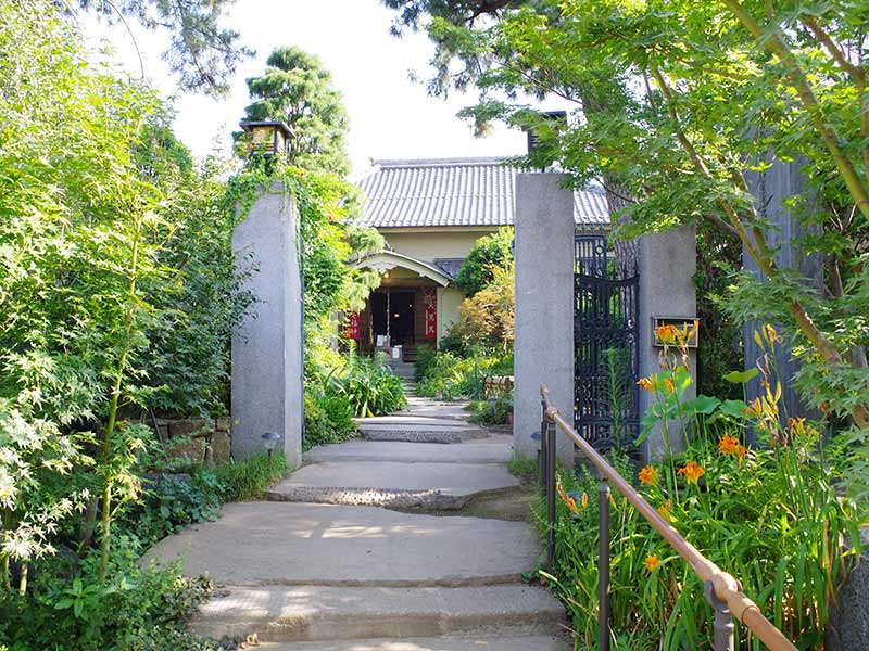 高應寺墓苑 永代供養墓・樹木葬 花に彩られた入口