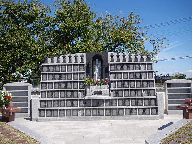 慈眼院墓苑 永代供養墓・樹木葬 木に囲まれた永代供養碑