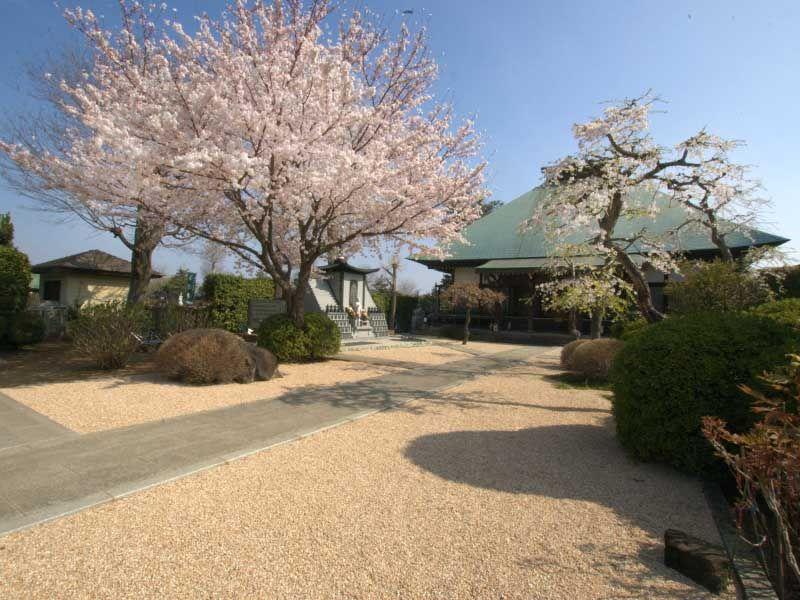浄安寺墓苑 四季折々の花が咲く境内