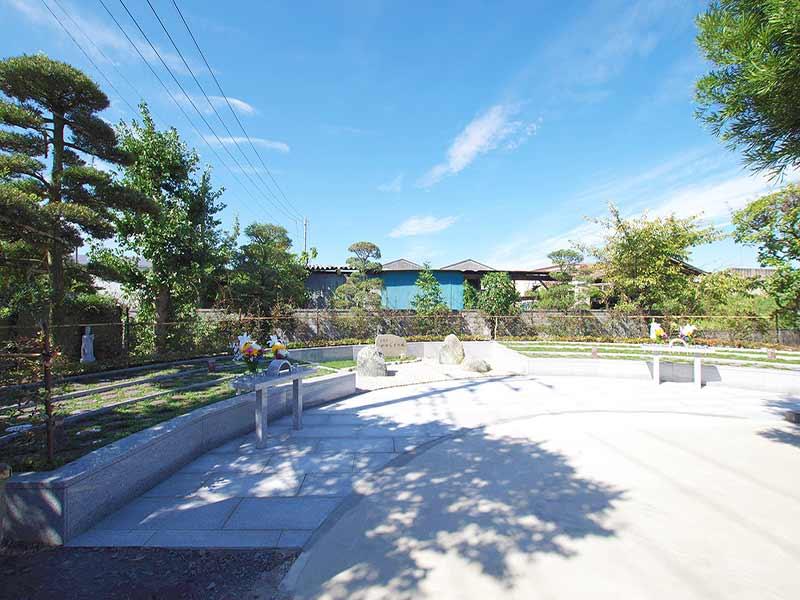加須の杜霊苑 西浄寺 永代供養墓・樹木葬 花の供えられた樹木葬