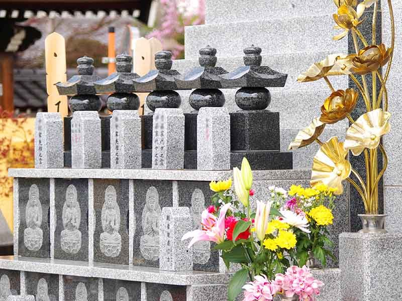 宝蔵院墓苑 永代供養墓・樹木葬 花の供えられた供養墓