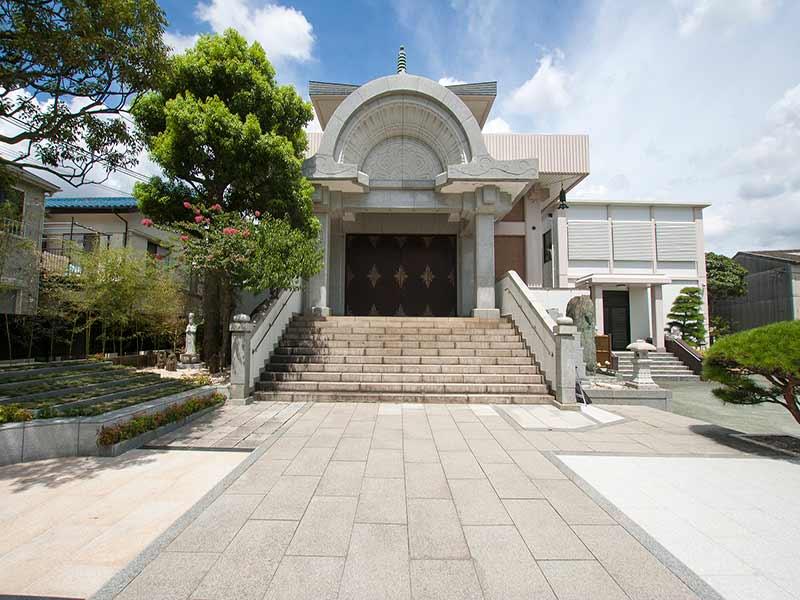 聖徳寺 しらはた浄苑 永代供養墓・樹木葬 植栽が添えられた本堂