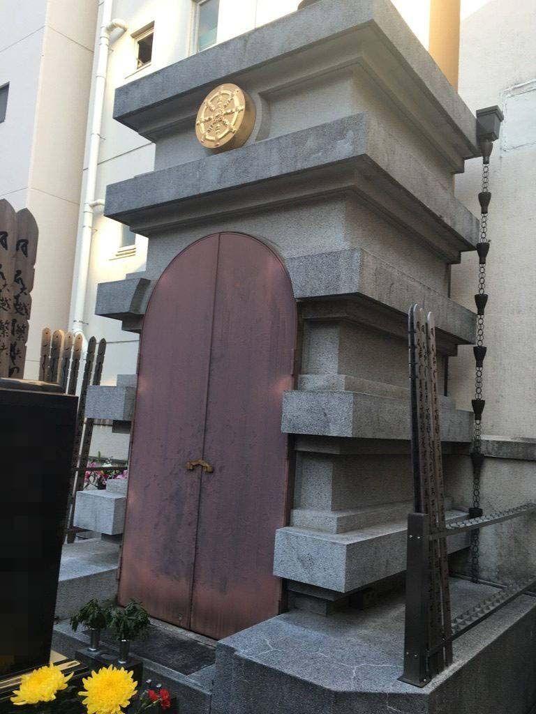 威光院墓地