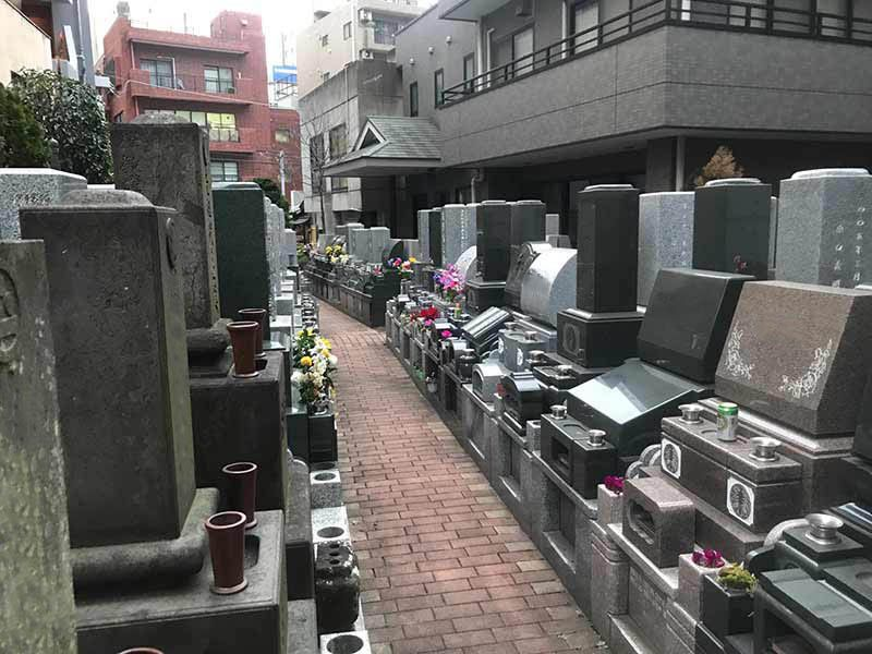 メモリアルガーデン麻布 やすらぎの碑 花が添えられた墓石