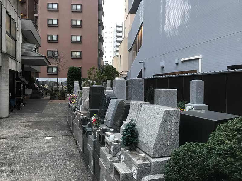 メモリアルガーデン麻布 やすらぎの碑 様々な墓石が混在