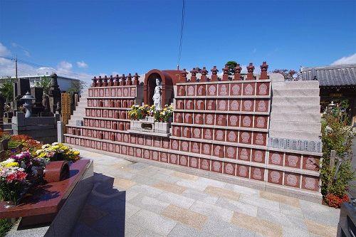 平等寺 永代供養墓・樹木葬 花が添えられた献花台