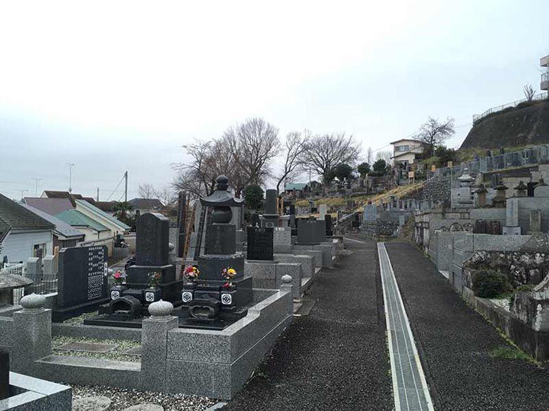 曹洞宗大蔵山 安全寺 舗装され歩きやすい墓所