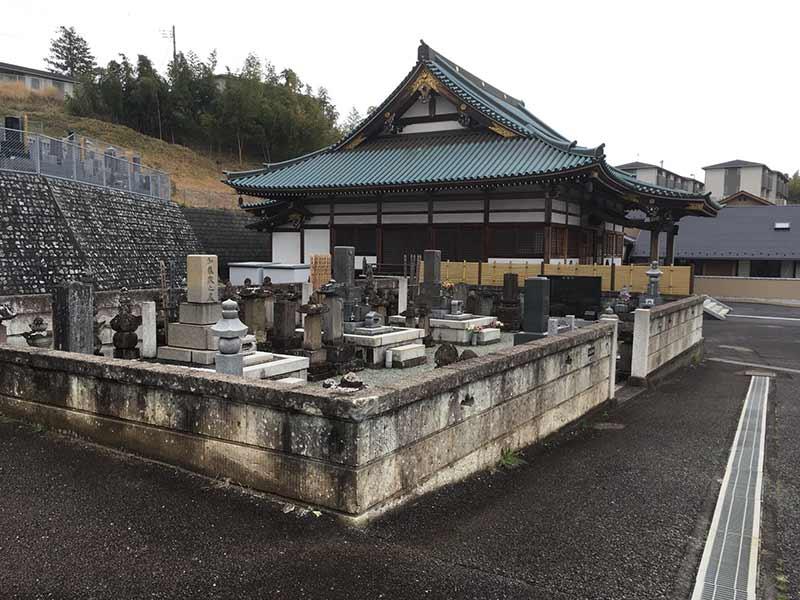 曹洞宗大蔵山 安全寺 本堂と墓所