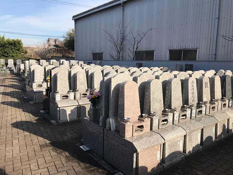四つ木聖地苑 きれいに並んだ墓石