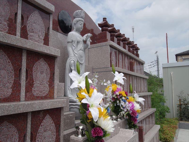 一乗院 永代供養墓・樹木葬 花の添えられた永代供養墓