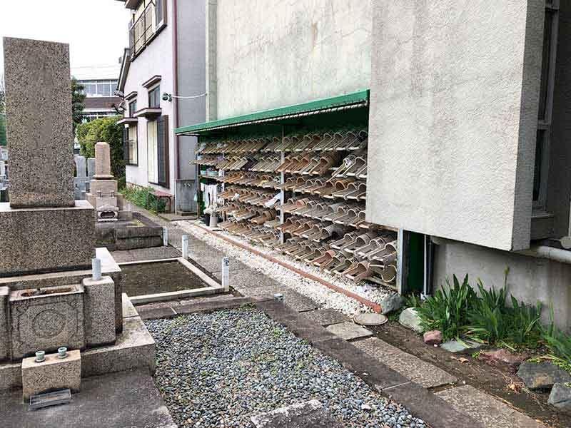 正善寺別院 仙川霊廟 多くの桶が用意されている水汲み場