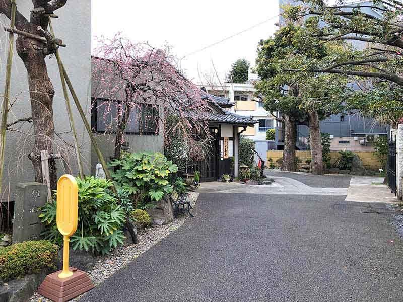 正善寺別院 仙川霊廟 季節によっては花を楽しめる参道