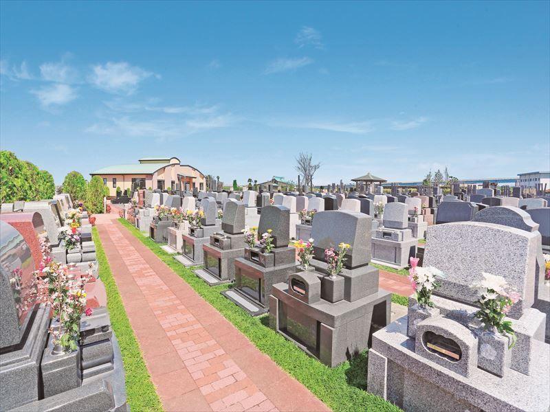 メモリアルパーク流山聖地 花が供えられた洋型墓石