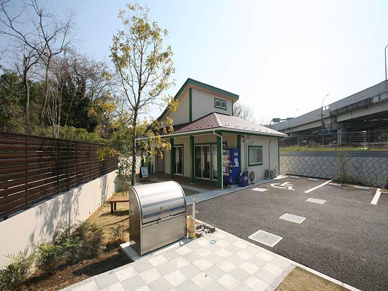 川口中央霊園の管理棟と駐車場