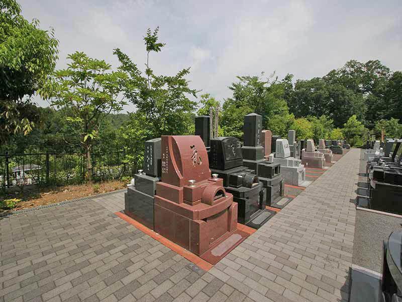 町田こもれびの杜霊苑 様々なデザインの墓石が並ぶ墓域