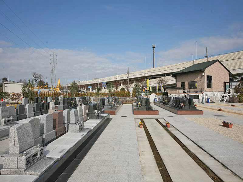 サンク川口霊園の墓域の隣にある管理棟にはスタッフが常駐しています