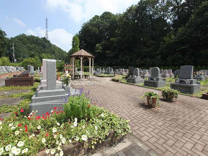 手入れされた植栽が美しい八王子 上川霊園の墓域