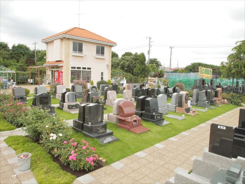 メモリアルパーク花の郷聖地 相模大塚 コンパクトな墓石の芝墓所