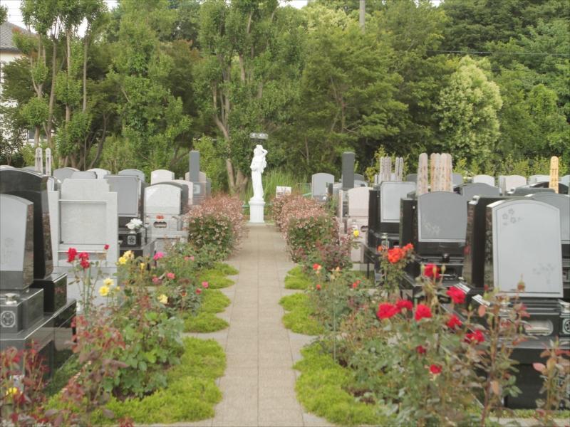 メモリアルパーク花の郷聖地 相模大塚 花が添えられた参道