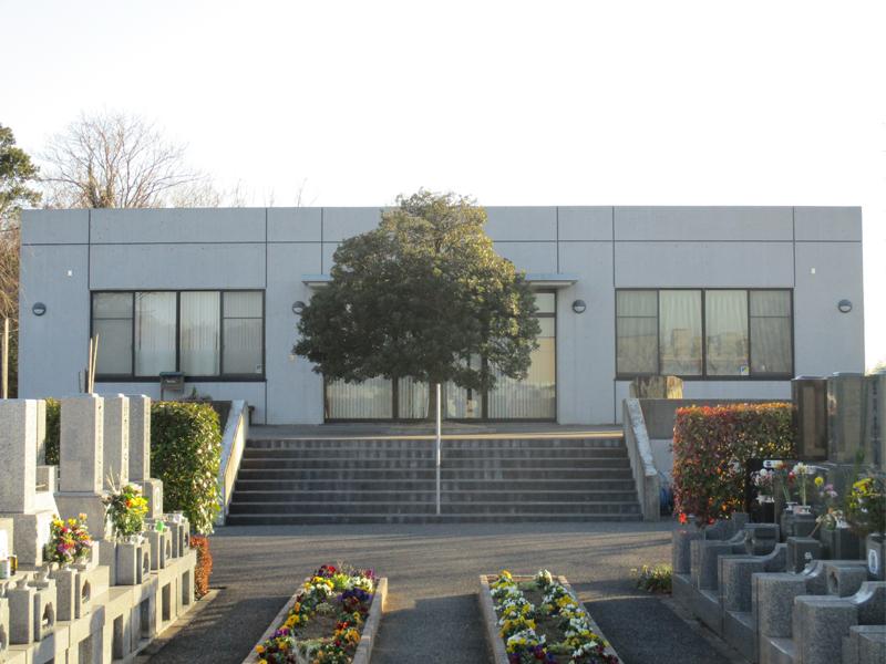 岩槻光輪浄苑 花壇のある参道と管理事務所