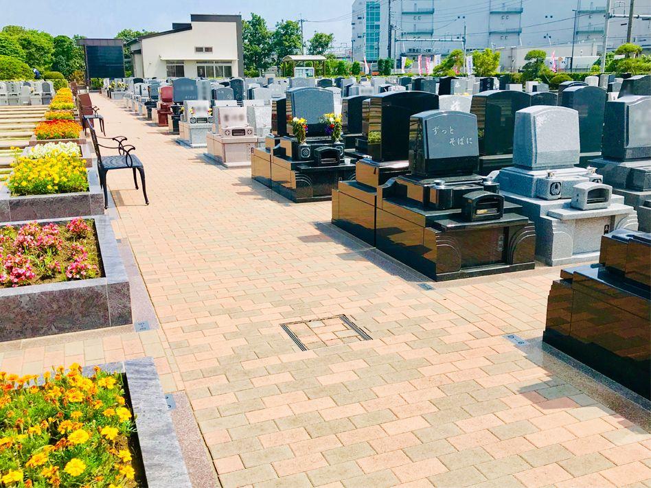 駅前霊園美南 花とベンチが配置された参道