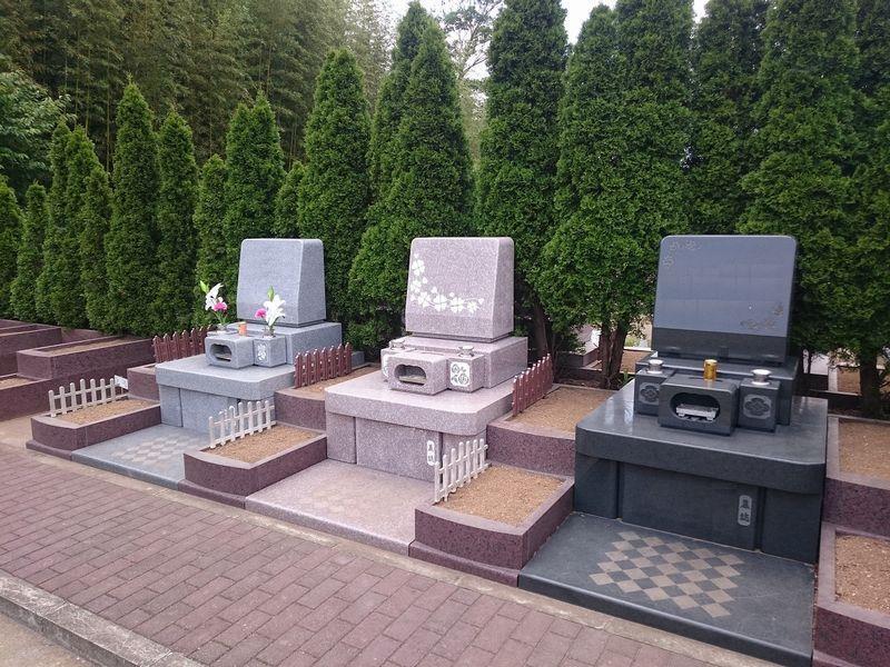 富里中央霊園 彫刻が施された墓石