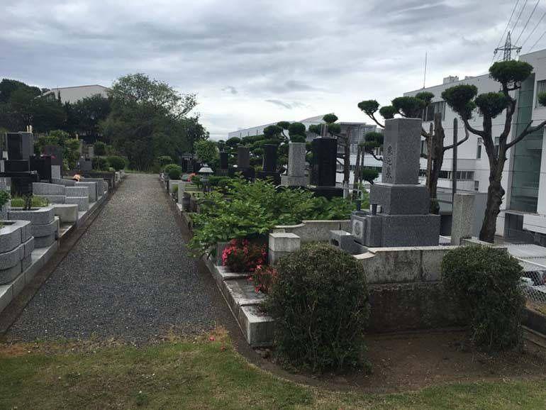 八王子市営 甲の原霊園 伝統的な和型の墓石が多く立ち並ぶ墓域