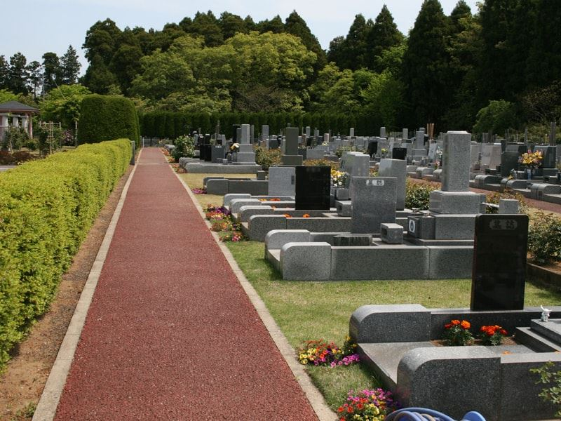 千葉中央霊園 舗装された参道でどなたでも安心してお参りできる墓域