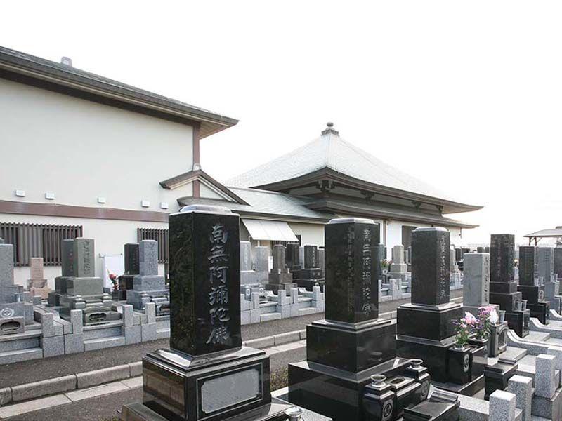 法光寺墓苑 様々な色の墓石が並ぶ墓域