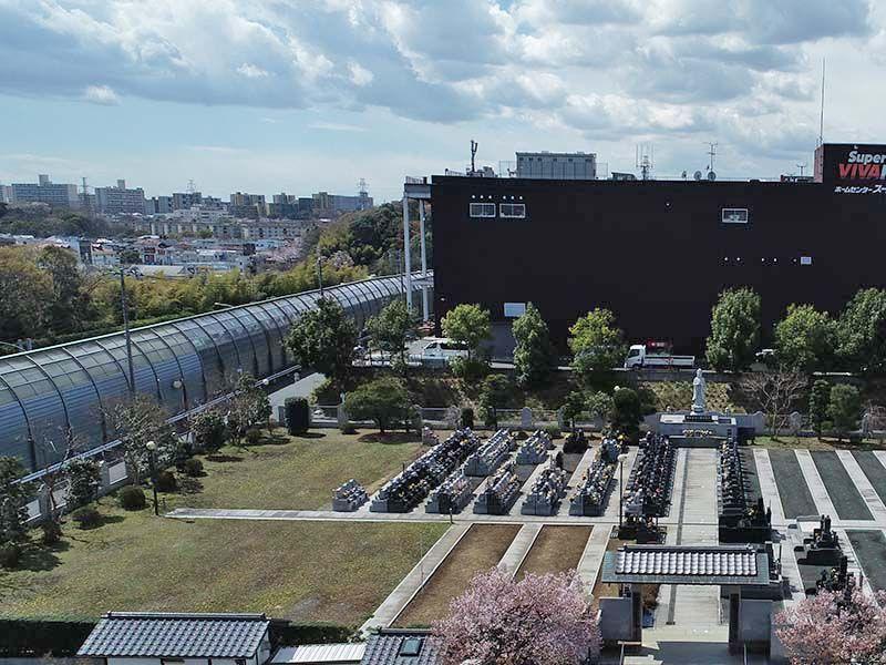 大林寺別院霊園 霊園の隣にはホームセンター