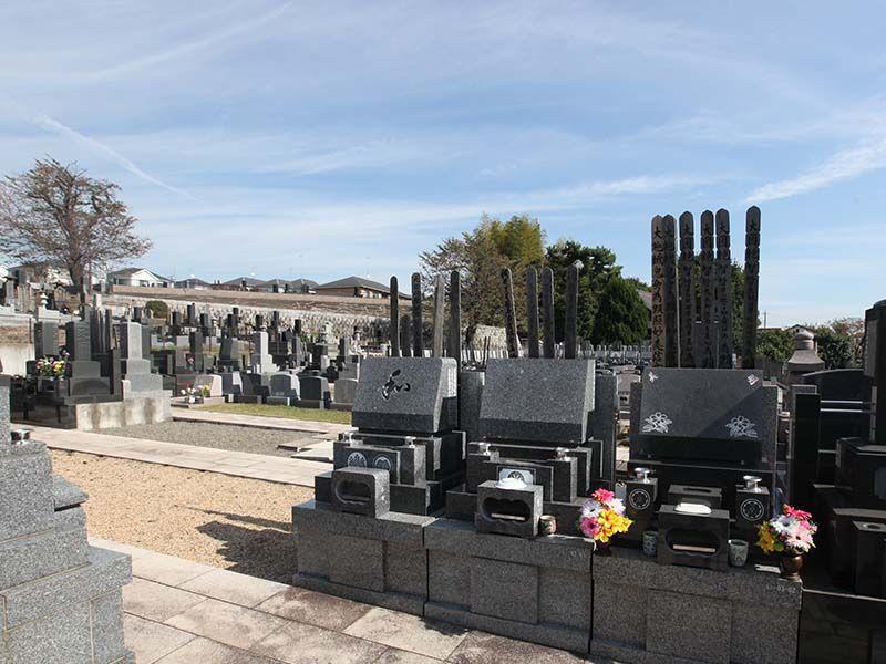 厚木やすらぎ霊園 和・洋型墓石が混在する墓域
