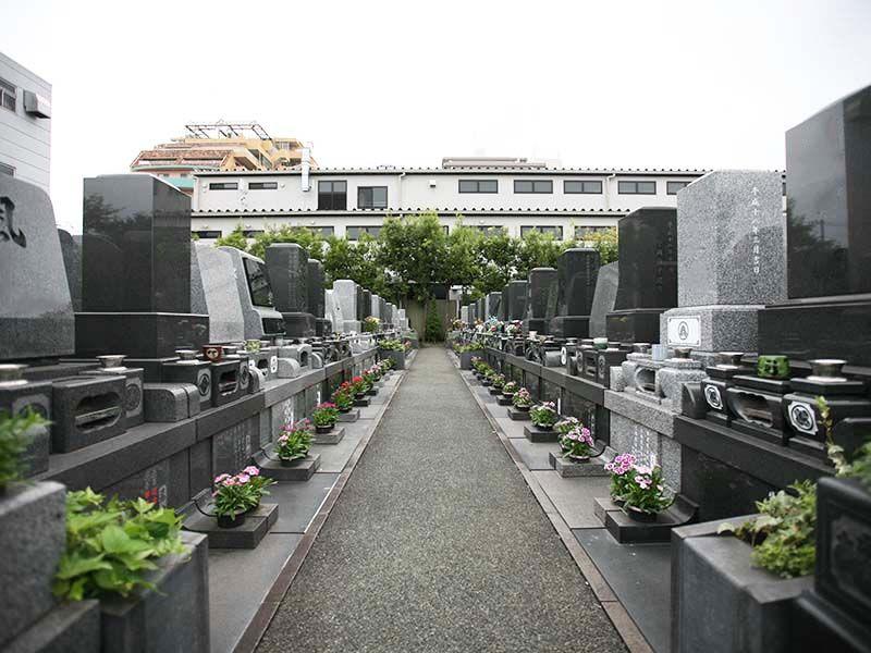 江東メモリアル 立ち並ぶ墓石とお参りしやすい参道