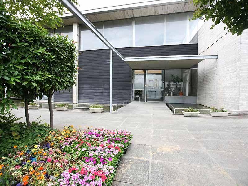 江東メモリアル 四季折々の花が咲く管理事務所前