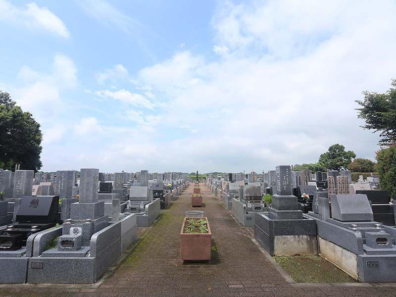 殿山聖地墓苑 花壇が配置された参道