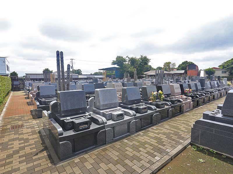殿山聖地墓苑 様々な墓石が混在