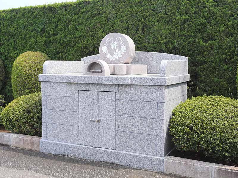 殿山聖地墓苑 石造りで美しい石碑「絆」