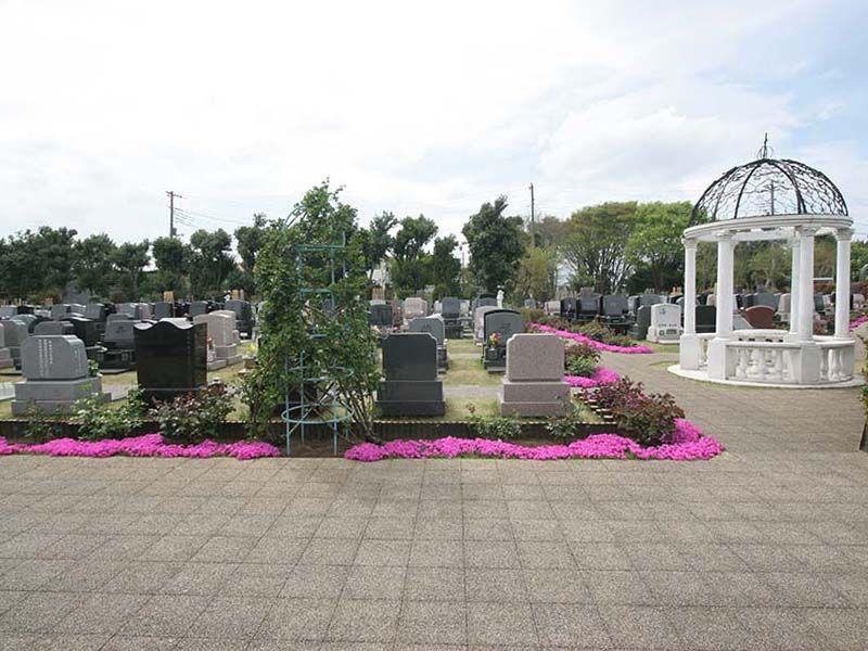 メモリアルパーク花の郷聖地 相模大塚 車イスでも楽に通れる広々とした参道