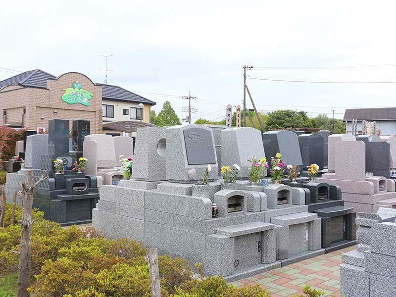 メモリアルみさと公園 花が供えられた墓石