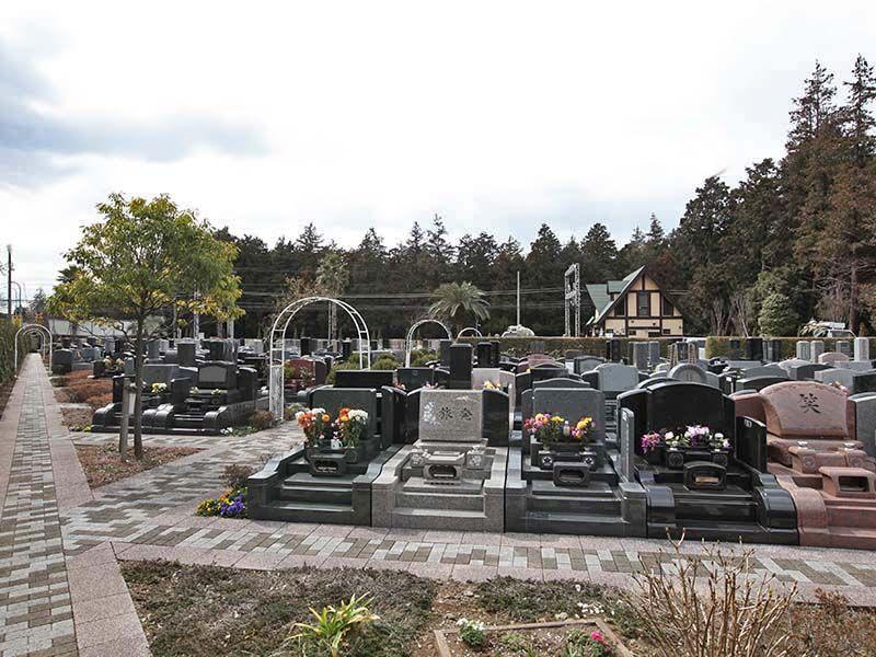 大和中央霊園 様々なデザインの洋型墓石