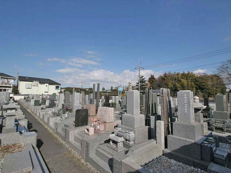 湘南泉霊園 様々な墓石が並ぶ墓域