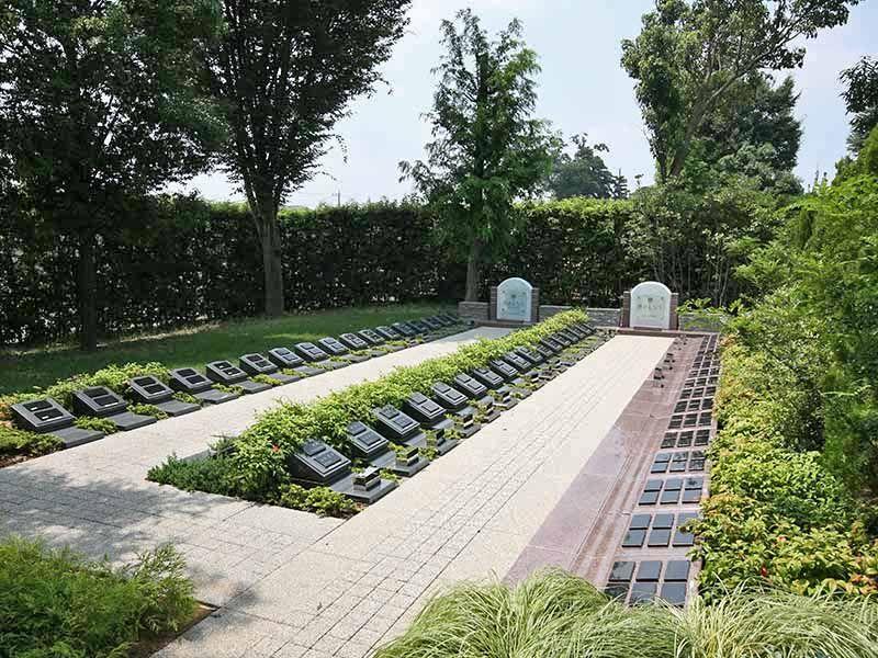 川越フォーシーズンメモリアル 永代供養墓「時のしらべ」 コニファー墓所(左)と個人墓所(右)