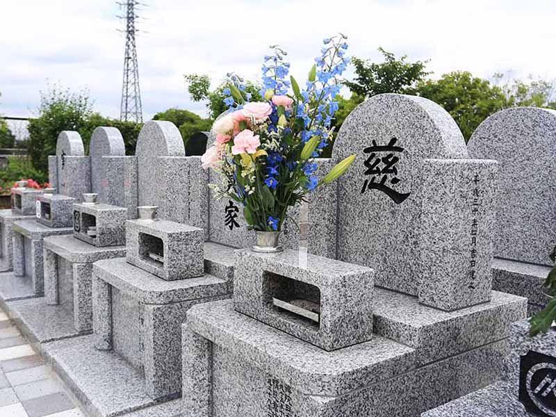 彩光浄苑 花が手向けられた墓石