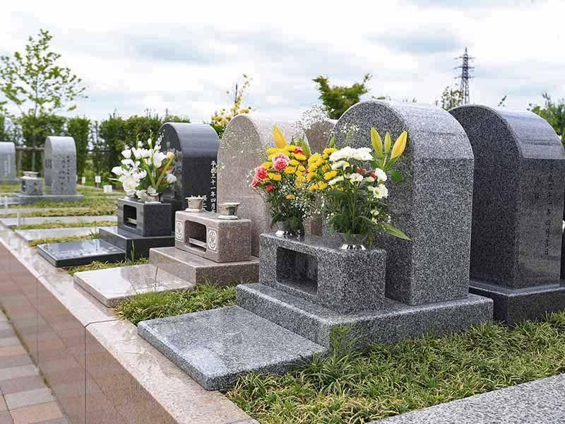 彩光浄苑 花が供えられたテラス墓地