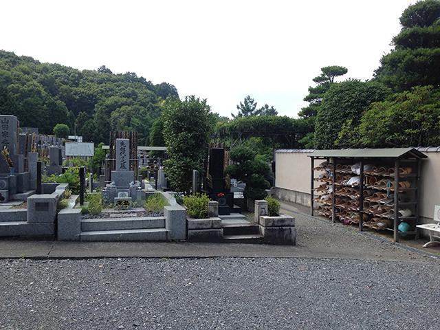 城山霊園 十分な数の清掃用具