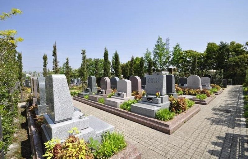 フォーシーズンメモリアル新座 墓石周りに植栽のあるブリティッシュ区画